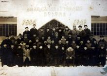 Zdjęcie grupowe z pracownikami Zakładów Putiłowskich w Perersburgu , 1909 rok , Edward Bronicz piąty z lewej strony w drugim rzędzie
