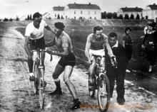 Zawody kolarskie na stadionie w Chodakowie , lata trzydzieste