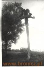 Przydrożny krzyż blisko Trojanowa
