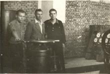 Pracownicy Elektrociepłowni w Fabryce jedwabiu wChodakowie, pierwszy z prawej Alfred Bronicz