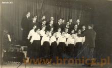 Występy chóru mieszanego pod kierownictwem Leszka Wojciechowskiego w Starym Domu Kultury w Chodakowie, lata pięćdziesiąte