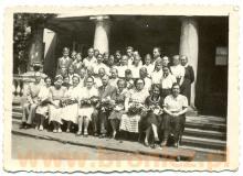 zbiorowa fotografia na tle ołtarza w Niepokalanowie, początek lat pięćdzisąatych