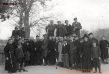 Uczniowie szkoły w Niepokalanowie zw swoimi nauczycielami, początek lat pięćdziesiątych...
