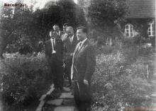 Na pierwszym planie dyrektor fabryki jedwabiu w Chodakowie Mieczysław Berent